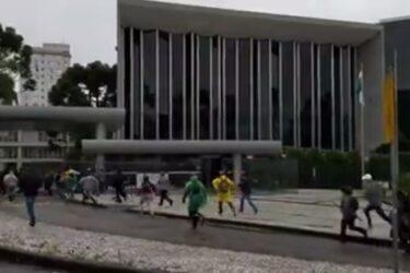 Contrários ao PSS, professores invadem Assembleia Legislativa do Paraná