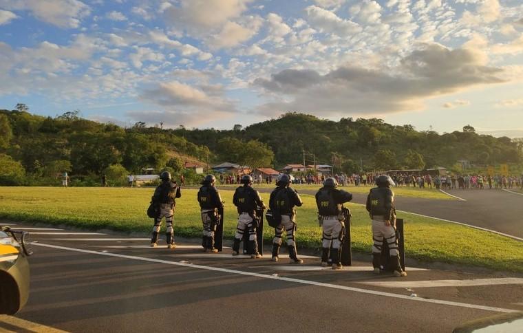 Indígenas interditam rodovia no Paraná e entram em conflito com policiais