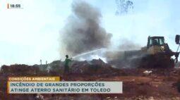 Incêndio de grandes proporções atinge aterro sanitário em Toledo