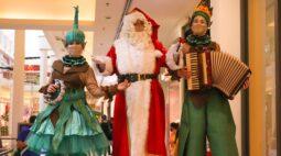 Fanfarra do Papai Noel em pernas de pau tem nova  apresentação no Shopping Curitiba