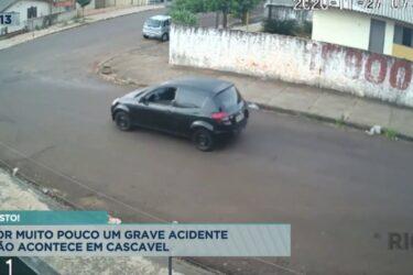 Câmera flagra carro que fura a preferencial e raspa em outro veículo