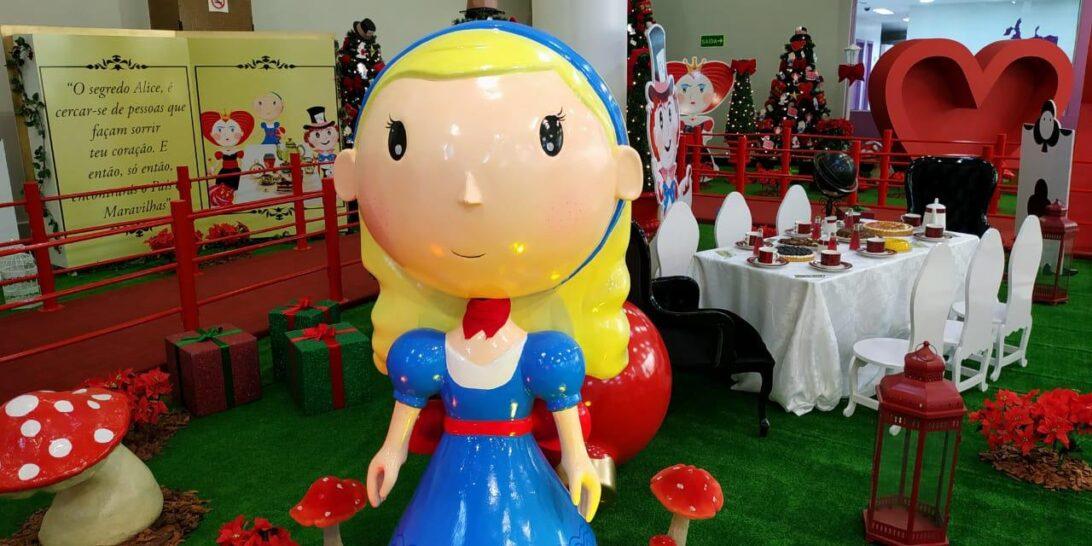 Jardim das Américas entra em clima de Natal com Alice no País das Maravilhas