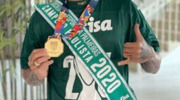 Sorridente, recordista Dudu exibe medalha e faixa pelo título paulista de 2020