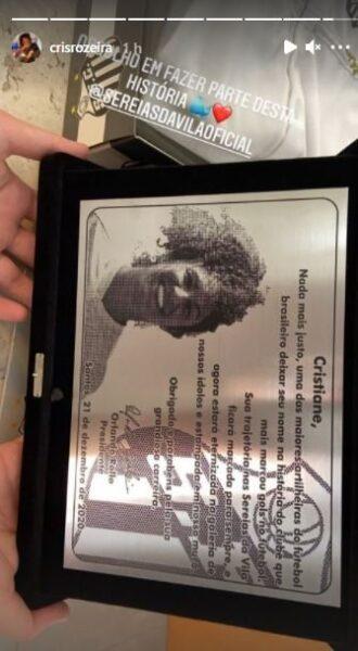 Cristiane recebe placa e terá sua imagem no muro do CT do Santos