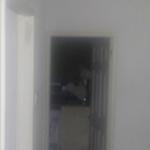 Jovem abandona apartamento após flagrar figura assustadora na cozinha