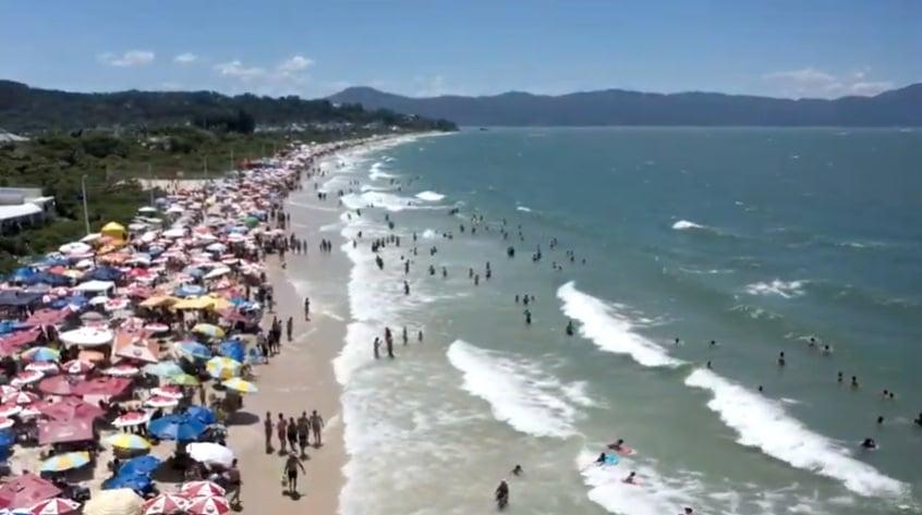 Imagens e vídeos de aglomerações nas praias e festas são expostas em redes sociais