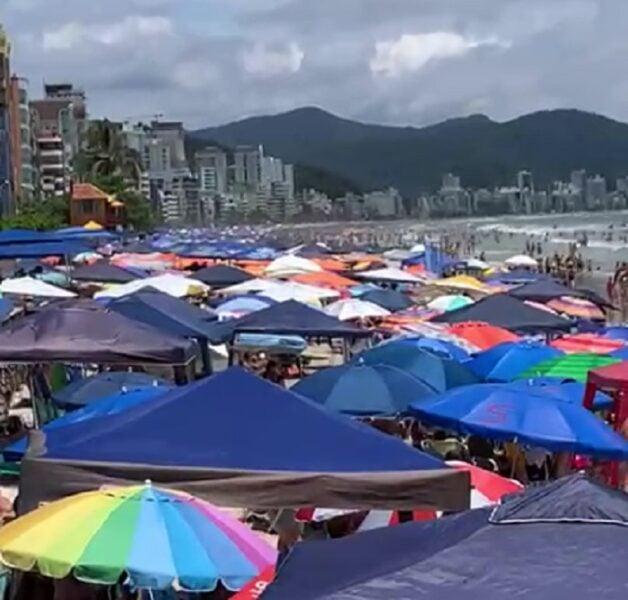 Multidão 'invade' praia e imagens de aglomeração chocam