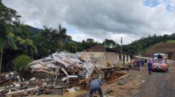 Mortes por chuvas em Santa Catarina chegam em 15 e seis seguem desaparecidos