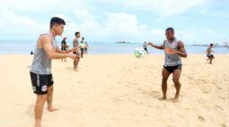 Antes de voltar para São Paulo, Corinthians faz primeiros treinos na praia