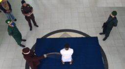 Estuprador de crianças desmaia de dor ao ser açoitado publicamente