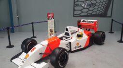Fórmula 1 histórico de Ayrton Senna estaciona em Curitiba, veja fotos