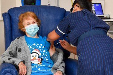 Idosa de 90 anos é a primeira a receber a vacina da Pfizer contra covid-19 no mundo