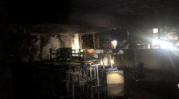 Incêndio atinge escola e assusta moradores no Bacacheri, em Curitiba