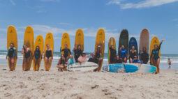 Projeto ajuda mulheres a começar a surfar