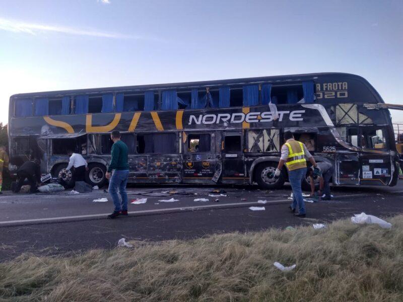 Ônibus tomba na PR-151 e deixa onze feridos, em Carambeí