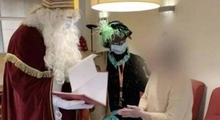 Papai Noel com coronavírus visita asilo e deixa 18 mortos