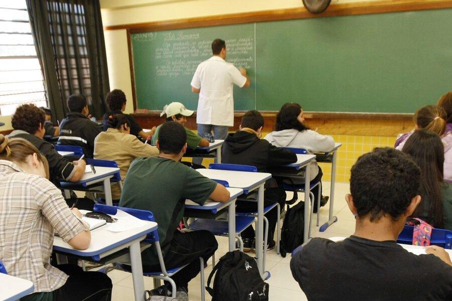 MP aciona Justiça para suspender contratação de professores temporários no Paraná
