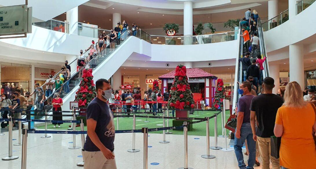 Shoppings de Curitiba registram grande movimentação nesta quarta-feira