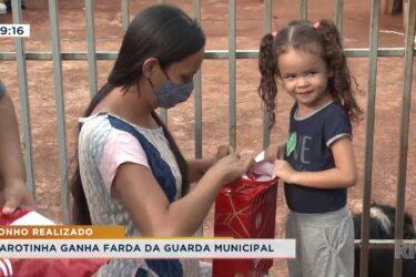 Garotinha ganha farda da guarda municipal