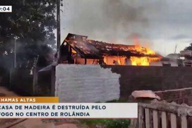 Casa de madeira é destruída pelo fogo no centro de Rolândia