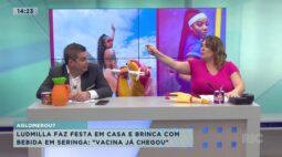 """Ludmilla faz festa em casa e brinca com bebida em seringa: """"vacina já chegou"""""""