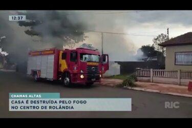 Casa é destruída pelo fogo no centro de Rolândia