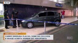 Carro derruba placas, sobe na calçada e quase acerta parede do aeroporto