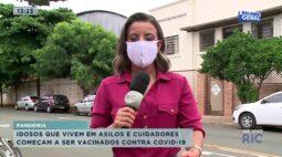 Idosos que vivem em asilos e cuidadores começam a ser vacinados contra covid-19