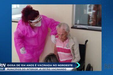 Idosa de 104 anos é vacinada no Noroeste; confira como está a vacinação no Estado