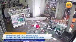 Ônibus invade loja de celular, câmera flagrou o momento da batida