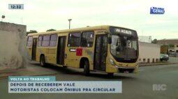 Depois de receberem o vale motoristas colocam ônibus para circular