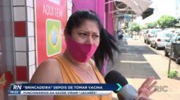 'Brincadeira' depois de tomar vacina; funcionários da saúde viram 'jacarés'