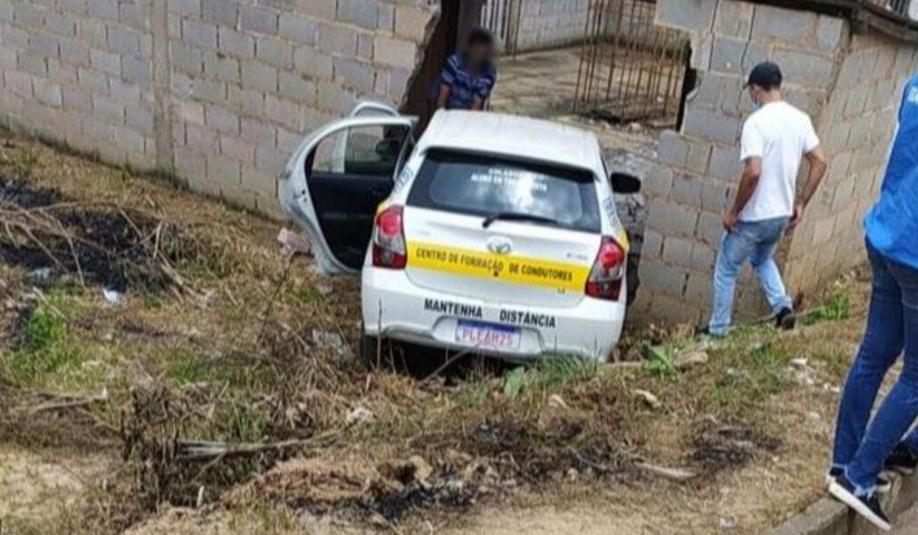 Aluna de autoescola é reprovada após derrubar muro durante prova de direção