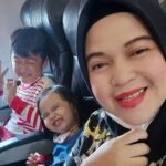 Mãe e filhos postam foto no avião minutos antes da queda