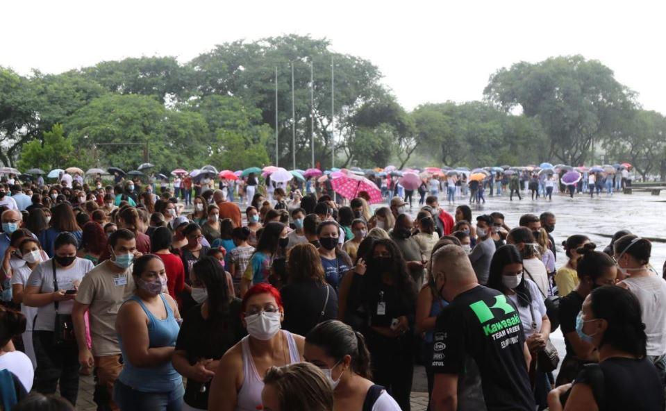 Após filas e aglomerações, Prefeitura vai até hospitais para vacinar profissionais de saúde