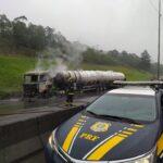 BR-376 é interditada após caminhão carregado com etanol pegar fogo, em Guaratuba