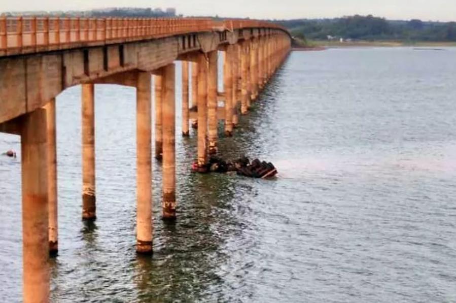 Motorista morre após caminhão cair de ponte no norte do Paraná