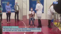 Técnica de vacinação recebe a primeira dose da vacina em São José dos Pinhais