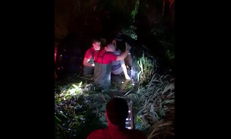 """Motorista embriagado é salvo após cair em valeta: """"Bebi umas 10, sei lá"""""""
