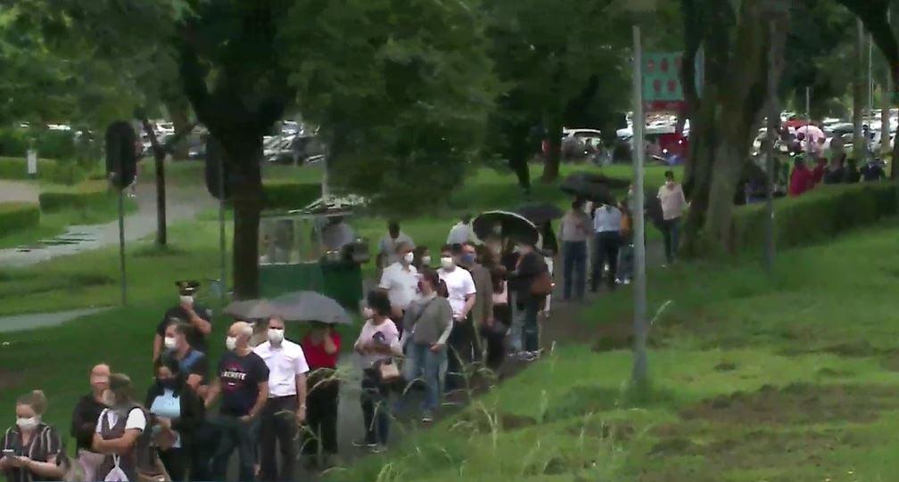 Após dia de caos, sexta-feira amanhece com filas gigantescas para vacinação em Curitiba