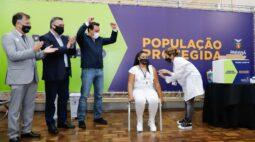 Enfermeira é primeira pessoa vacinada contra covid-19 no Paraná