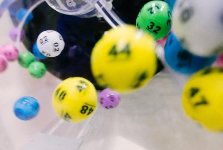 Homem ganha R$ 21 milhões na loteria após ser abandonado pela namorada