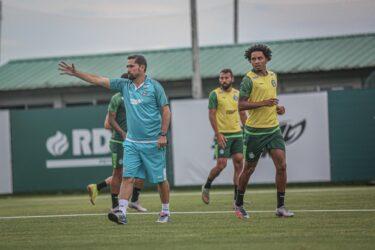 Gustavo Morínigo testa positivo para Covid-19 e não comanda o Coritiba contra o Fluminense