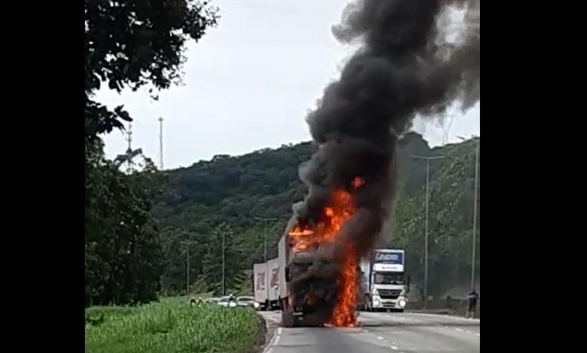 Carreta pega fogo e interdita ambos sentidos da BR-376, no litoral do Paraná