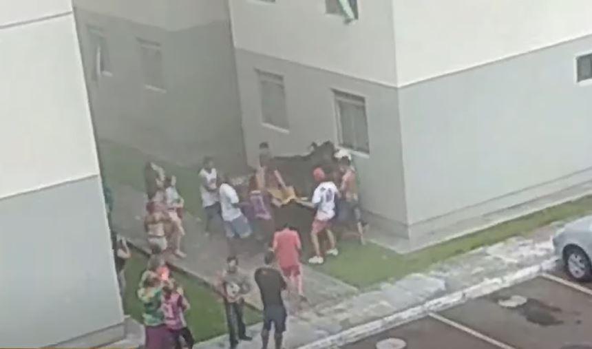 """""""Foi Deus"""", declara mãe de meninas que foram arremessadas do quarto andar para escapar de incêndio"""