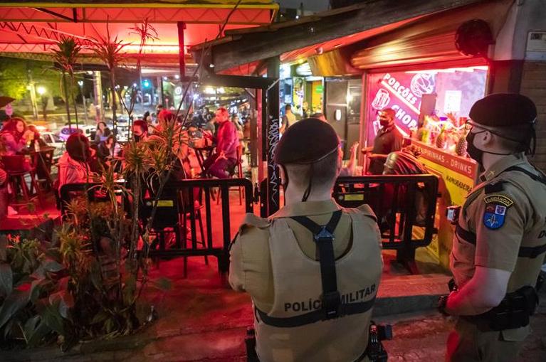 Aglomeração gera interdição e multa para cinco comércios noturnos em Curitiba