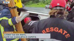 Flagrante: carro sai da pista bate na canaleta e capota