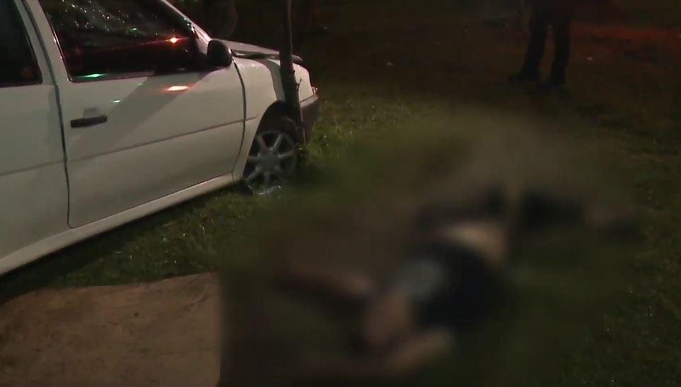 Com sinais de embriaguez, motorista dorme ao lado do carro após capotar veículo em Curitiba