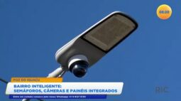 Bairro inteligente semáforos, câmeras e painéis integrados