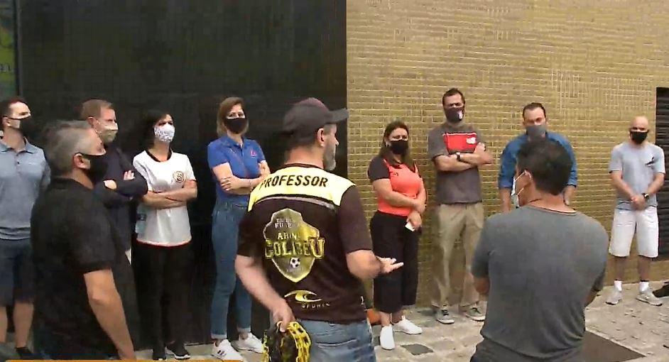 Funcionários e proprietários de quadras esportivas protestam em Curitiba